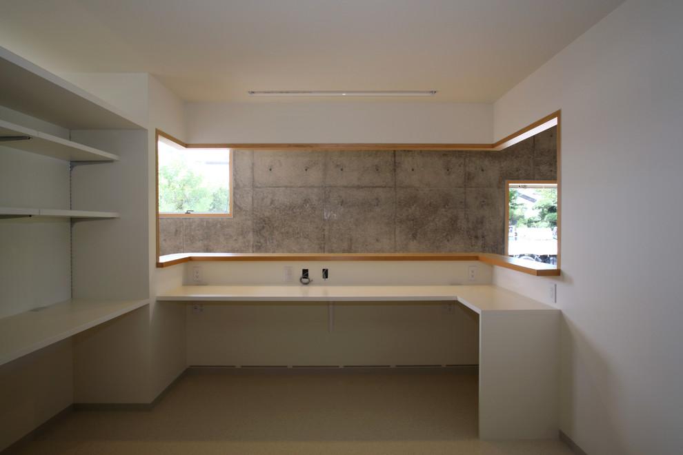 受付から待合室を見る  カウンターやカルテ棚など収納を造作